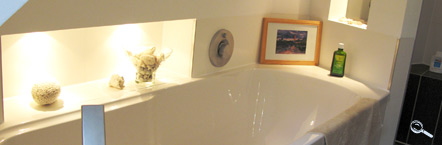 die badewanne unter der dachschrge rechts daneben die dusche - Badewanne Dusche Schrage